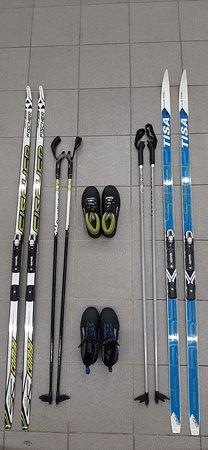 Petrohrad, Rusko: Беговые лыжи есть даже для самых маленьких. Размер ботинок стартует с 29 размера. Есть лыжи как под конек, так и под классику.