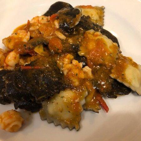 Vitello tonnato , ravioli bianconeri con ragù di pesce , carbonara di pesce , semifreddo alla nocciola , anicini , Prosecco Valdobbiadene
