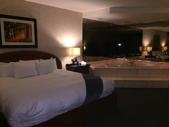 Grenville-sur-la-Rouge, Canada: Chambre spacieuse et très confortable