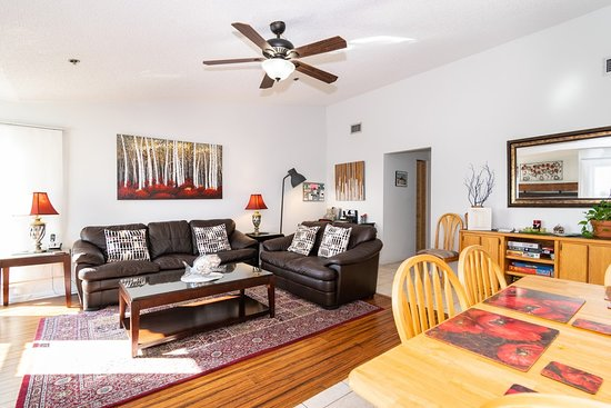 Ostrvo Ana Marija, FL: The living-room and dining room area