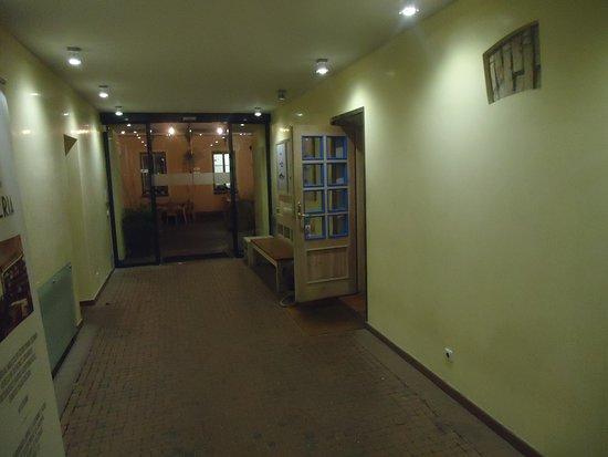 Trochę mylące jest wejście do lokalu .Trzeba wejść w głąb korytarza i dalej w te uchylone drwi po prawej .