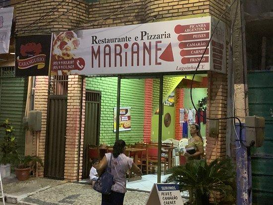 Mariane, en el centro frente a la plaza !