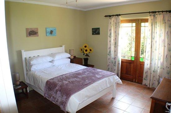 Napier, Южная Африка: Main bedroom with doors to cottage garden