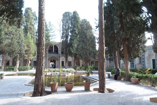 Aramgah-e Shah Ne'matollah Vali: Giardini