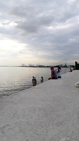 マニラ湾の夕陽を見に来ている人たち