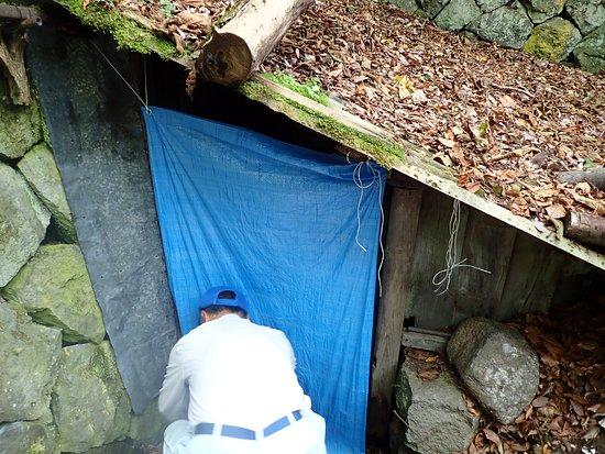 ガイドさんがかつて使用していた風穴の中を見学させてくれました。