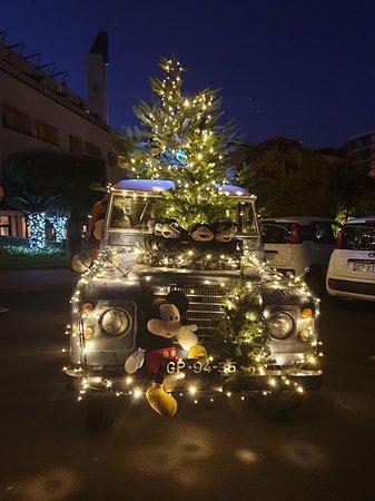 Der moderne Weihnachtsmann kommt mit dem Auto und ...