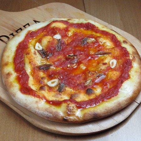 Marinara pizza lot of garlic, anjovi, oregano,olive oil and fresh tomato sauce. Authentic taste of Italian dish, come end enjoy really Italian food only here