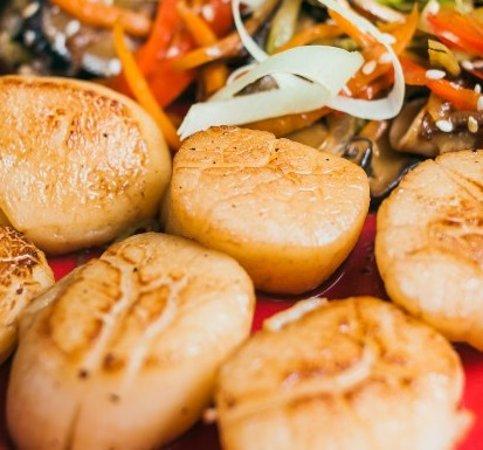 Wok aux coquilles St. Jacques, pâtes jaunes chinoises et légumes croquants, la ferme douceur de la st.jacques alliée aux parfums d'Asie 17 €