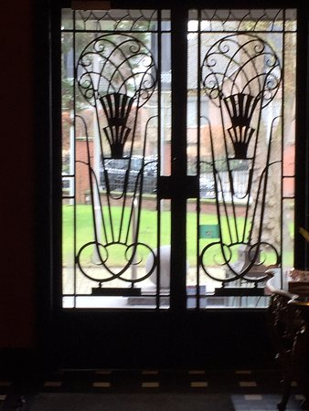 Entrée majestueuse de la brasserie Venti à Zwevegem, en fer forgé de style Orta