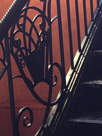 Détail de l'escalier en fer forgé de la brasserie Venti