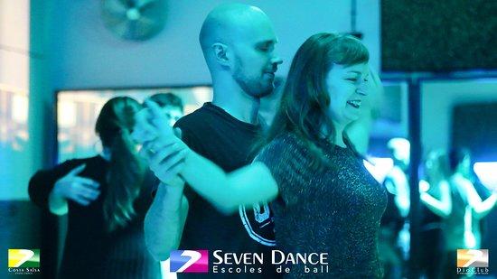 𝐋𝐚 𝐯𝐢𝐝𝐚 𝐝𝐚 𝐦𝐮𝐜𝐡𝐚𝐬 𝐯𝐮𝐞𝐥𝐭𝐚𝐬 𝐲 𝐛𝐚𝐢𝐥𝐚𝐫 𝐭𝐚𝐦𝐛𝐢é𝐧. Los #sábados #socialdance con #salsa y #bachata en sesión #dioclub y con taller de #ruedacubana By #sevendance #barcelona #porquebailarnoessolomoverlospies -Fotos: https://photos.app.goo.gl/8kYBVA7YGzx3TgUr8 -Video: https://youtu.be/BRwPvec5UMg