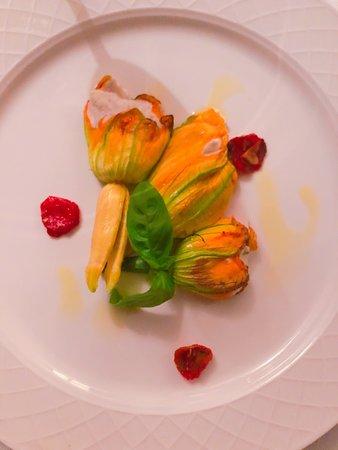 Очень вкусные цветы цукини с рикотой и Тартар из телятины с соусом табаско. Приятная атмосфера.