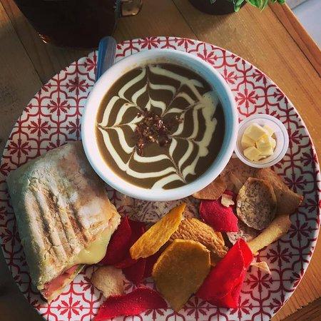 Delicioso combo lunch, sopa del dia, panini, chips o ensala mas bebida