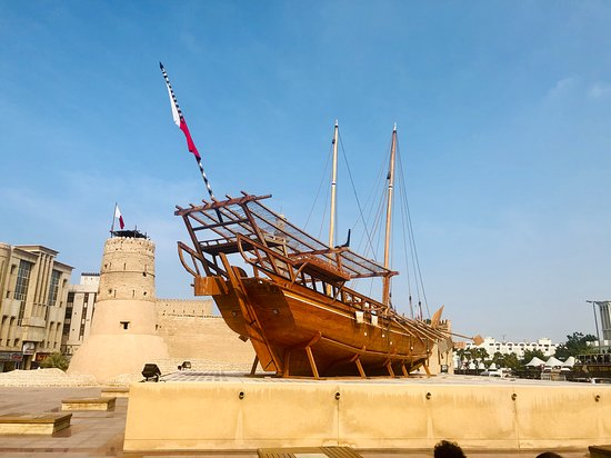 大きな船の展示。