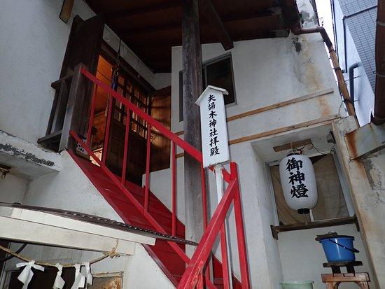 朱色の小さい鳥居の先の建物の2階が拝殿になっていました。