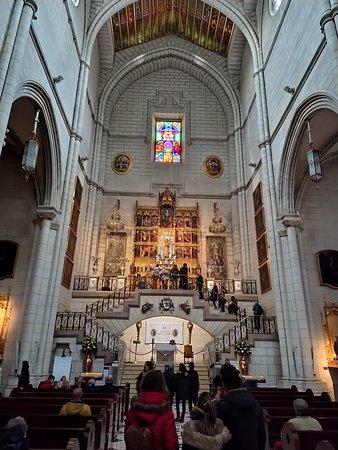 Altar lateral de la Virgen de la Almudena. Bajo las escaleras está enterrada la primera mujer de Alfonso XII, María de las Mercedes.