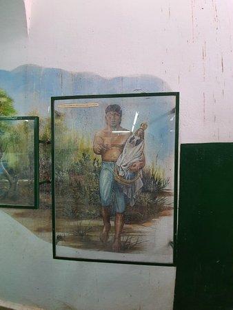 Murais pintados nas paredes das escadarias que dão acesso ao mirante da Basílica de Caacupé