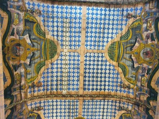 Vista do interior da igreja, com detalhe na belíssima pintura do teto