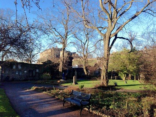 Gratis Edinburgh-tur: View of Edinburgh castle from the cemetery