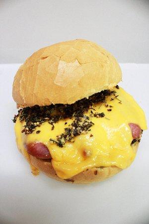 X-Choripán. Linguiça toscana grelhada com chimichurri e queijo prato derretido no pão francês redondo.