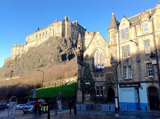 Gratis Edinburgh-tur: View of Edinburgh castle from the grass market square