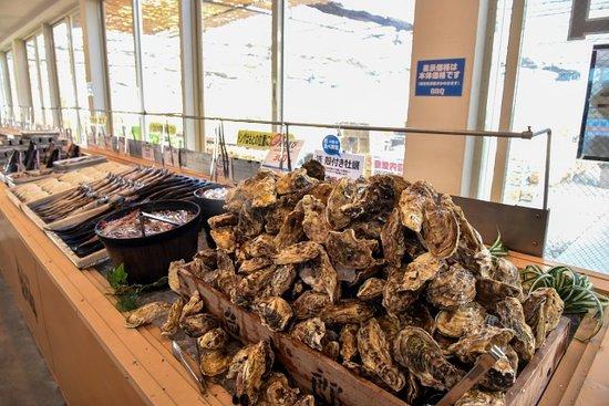 殻付きの牡蠣が山盛り!焼き方のコツはスタッフ迄!