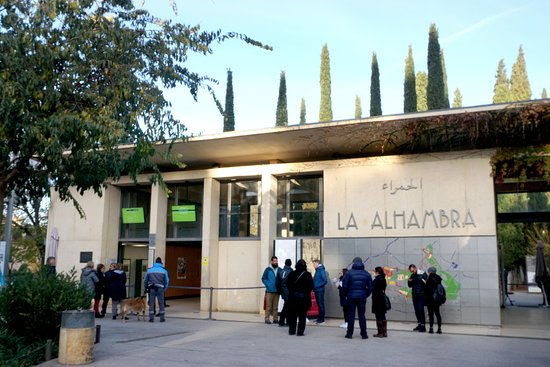 Alhambra and Generalife Small-Group Guided Tour in Granada. Skip the line: 「アルハンブラ宮殿」入り口