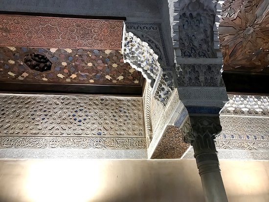Alhambra and Generalife Small-Group Guided Tour in Granada. Skip the line: 「メスアール宮」の天井の一部