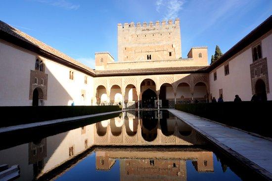 Alhambra and Generalife Small-Group Guided Tour in Granada. Skip the line: 「コマーレスの宮」 「アラヤーネスの中庭」と「コマーレスの塔」