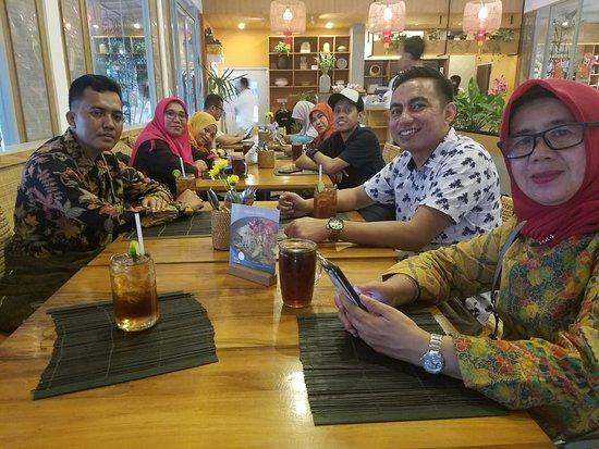 Makan sore setelah kunjungan KPU Kota Denpasar