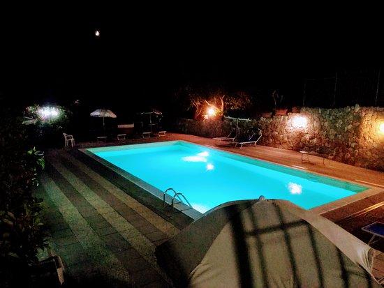 l'atmosfera in notturna della nostra piscina