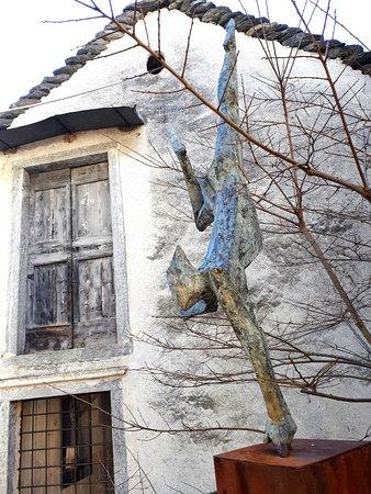 """Verscio, İsviçre: Skulptur im """"Parco del Clown"""" hinter dem Teatro Dimitri"""