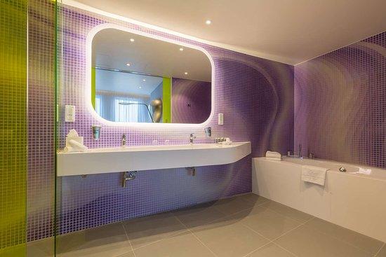 Park Inn by Radisson Amsterdam City West: Karim Rashid Suite - bathroom
