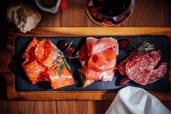 Talíř středomořské šunky & salámů. -- Mediterranean Ham & Salami platter  with cured ham and 2 types of salami.