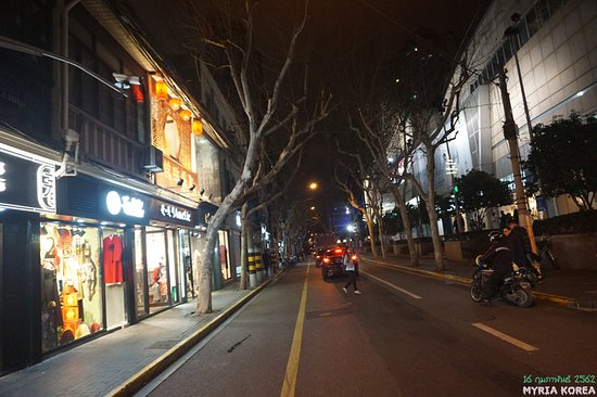 Shanghai, Cina: 타이캉루는 티엔쯔팡을 대표하는 지명처럼 되었지만 실제로는 그것이 면한 도로의 이름이다. 도로 주변에도 몇몇 상점들이 있기는 하지만 역시 티엔쯔팡에 들어가야 더 좋은 것이 있을 듯하다.