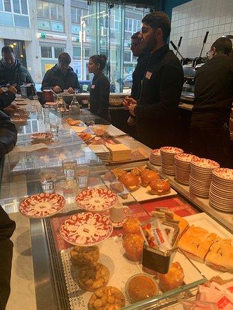 Caffe Napoli Turati - il bancone con panini, brioches e dolci napoletani mignon