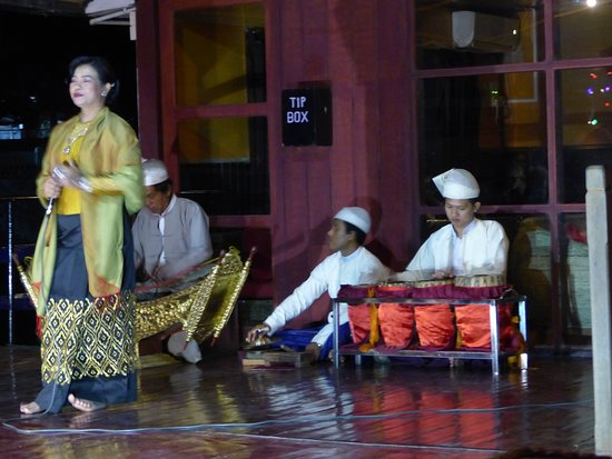 Sightseeing Cruise Between Mandalay and Bagan: Spectacle de danse