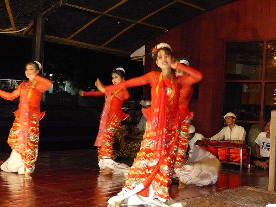 Sightseeing Cruise Between Mandalay and Bagan: danse