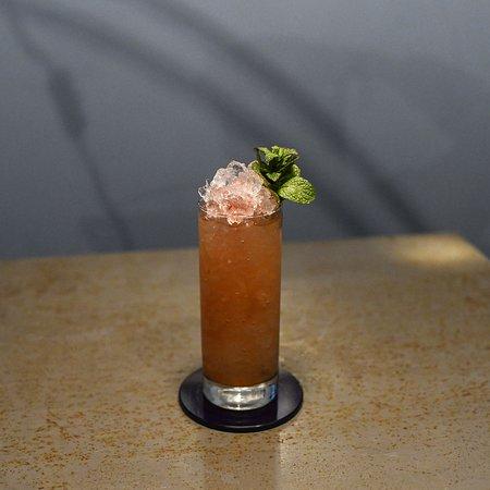 Il Sunset Boulevard è un long drink dai profumi intensi e agrumati, una nostra rivisitazione del famoso Tequila Sunrise, inventato alla fine degli anni '30 a Phoenix, Arizona.  Tequila, mezcal, sciroppo d'agave, succo d'arancia e pompelmo, smoked chili bitte
