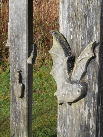 Kentisbury, UK: Carvings on a small shelter near the edge of the reservoir.