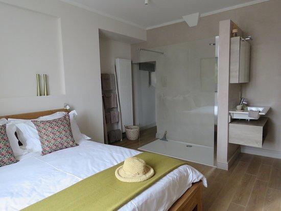 ז'ר, צרפת: kamer Saint-Clar met geïntegreerde inloopdouche en wastafel, een toilet in de aanpalende petite anti-chambre