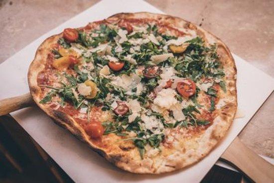 """Das ist unsere Pizza """"Rucola e Pecorino"""". Mit besonders leckeren und weichem Pecorino. Kommt bei uns vorbei um diese leckere Pizza zu genießen😊. Gerade in der Vorweihnachtszeit hat man viel zu tun und möchte einfach schnell was Essen‼️ Wenn Ihr jemanden kennt, der Pizza über alles liebt, dann zeigt Ihm diesen Beitrag. 🛎 Wir freuen uns auf Euch im Prenzlauerberg 🛎Oder bestell einfach unter www.pizzeriasolo.com"""