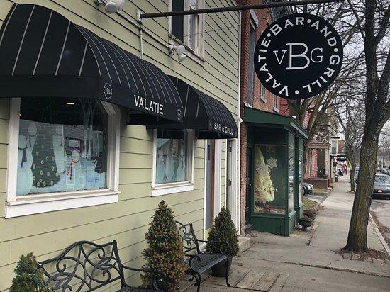 Valatie, État de New York: New sign and awnings