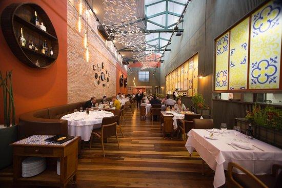 Confortável salão climatizado para encontros de negócios ou familiares. Aquele jantar romântico também tem vez.