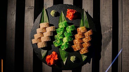 Суши сет: Якудза-ролл, Чука-ролл, Бонито. Sushi Set: Yakuza Roll, Chuka Roll, Bonito.