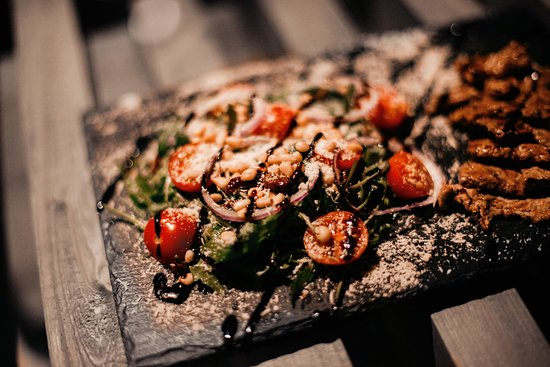 Тёплый салат с говядиной и вялеными томатами. Warm salad with beef and sun-dried tomatoes.