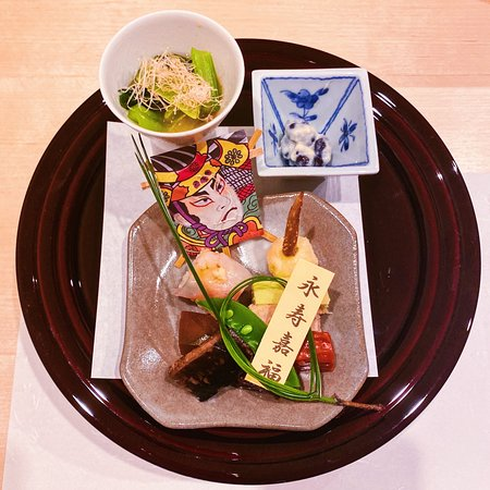 Hassun with japanese spinach on mustard, black beans, fried water chestnut, fishcake, red snapper, sushi, squash, greebeans, ground fish, octopus and a specially prepared for 7-days red herring!! (4th)