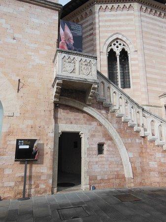 L'entrata del museo sotto la scalinata accanto al Duomo