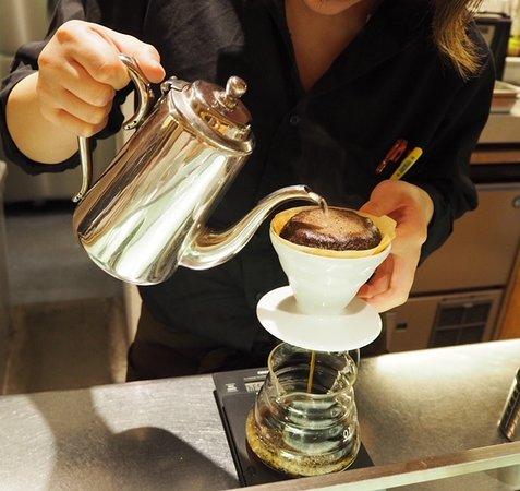 ハンドドリップの丁寧に淹れたコーヒー